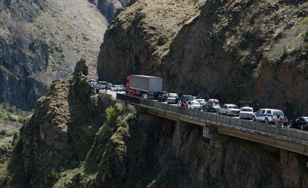 Транспортный коллапс на Верхнем Ларсе: таможня тормозит фрукты и овощи из Армении